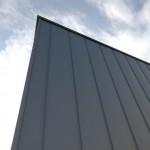 ガリュバリウム鋼板の外壁。強風が吹くとバリバリ剥がれるような音がする!何とかするにはコノ方法